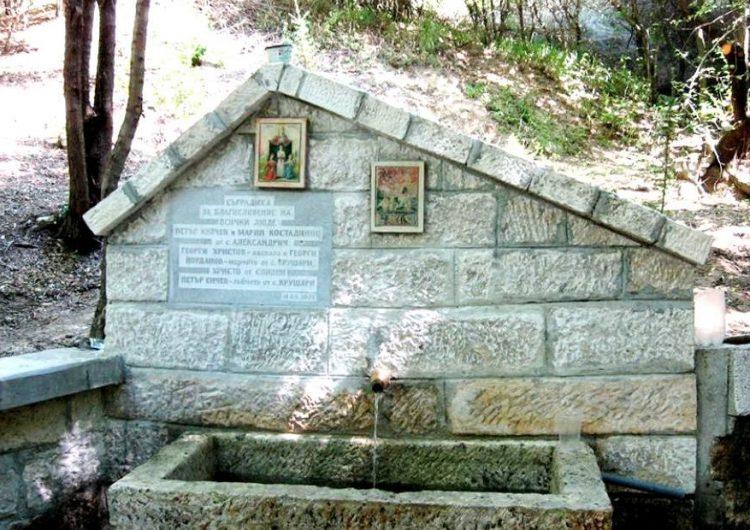 """Чудодеен извор събира християни и мюсюлмани край манастир """"Св. пророк Илия"""""""
