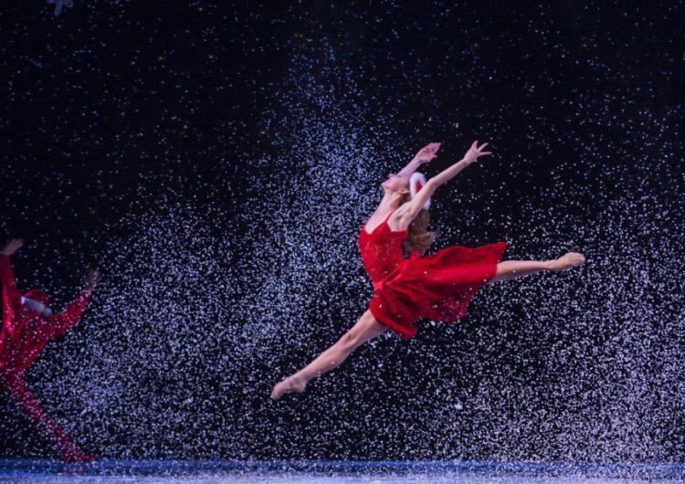 Танцово шоу за Коледа от звездите на Младежки център Добрич